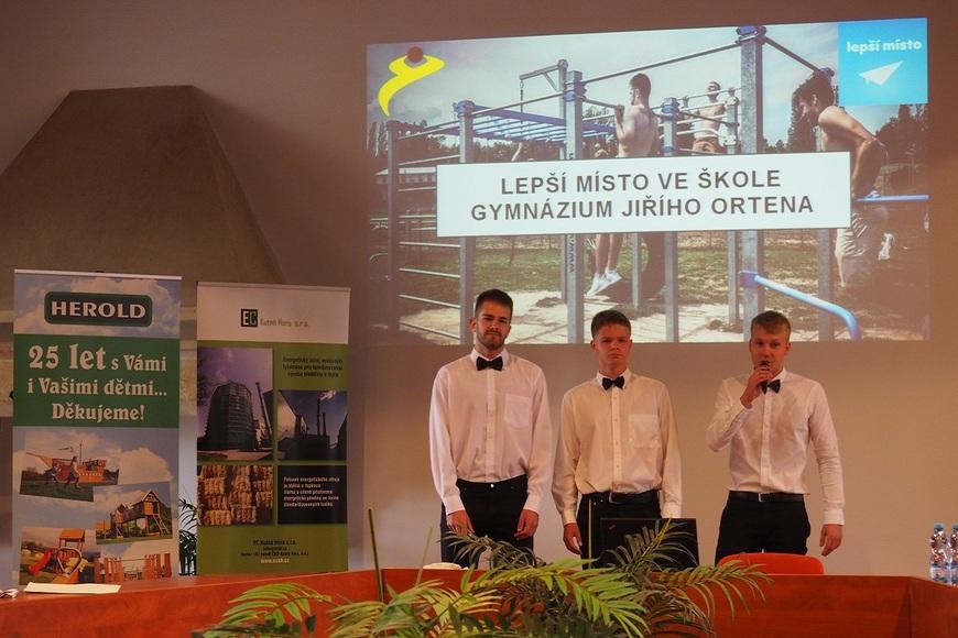 Vítězný tým GJO při prezentaci projektu Buď fit perex.jpg